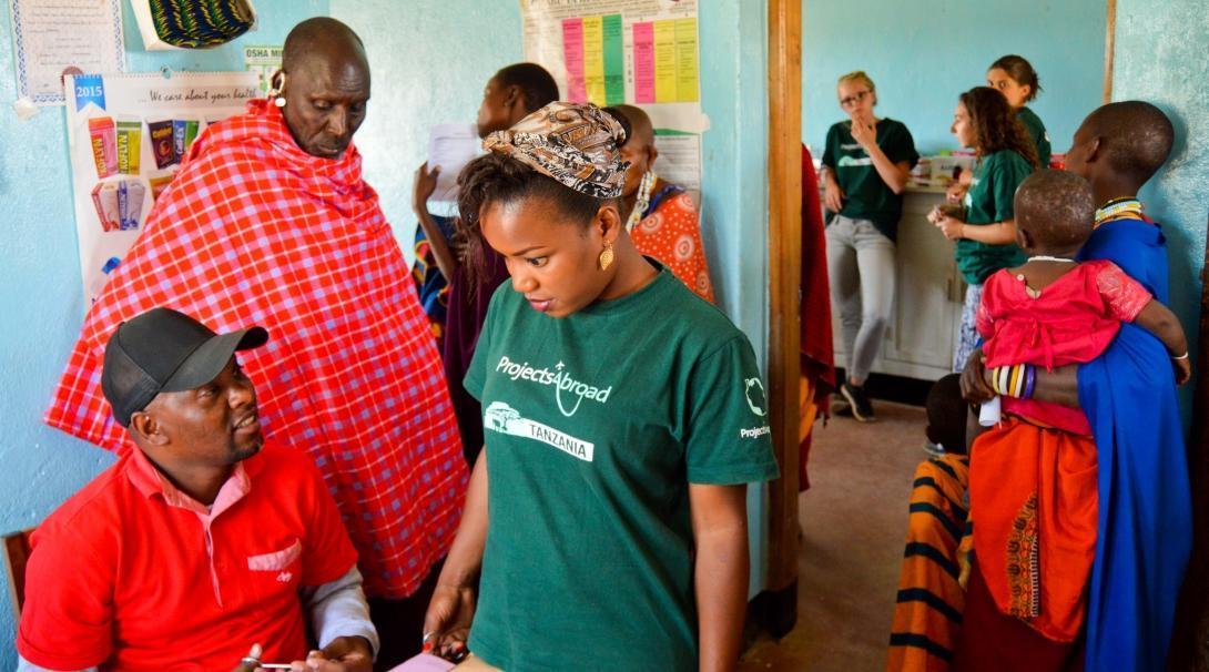 Prácticas de enfermería en Tanzania durante un programa de alcance.